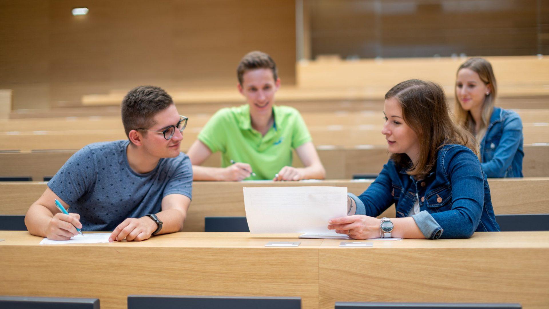 Claudia_Plakolm mit Studenten